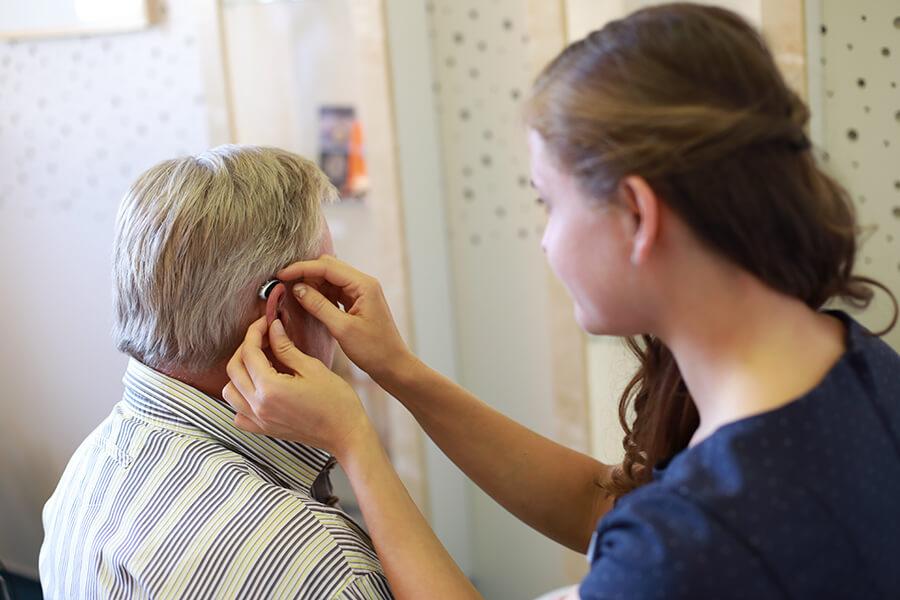 Ein Hörgerät wird angepasst ud eingestellt